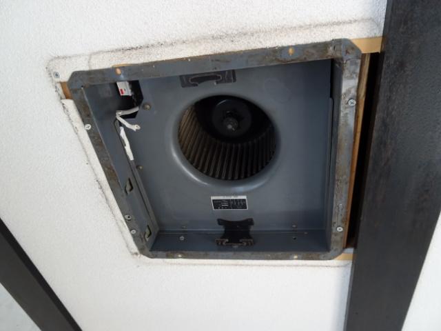 換気扇から天井裏配管