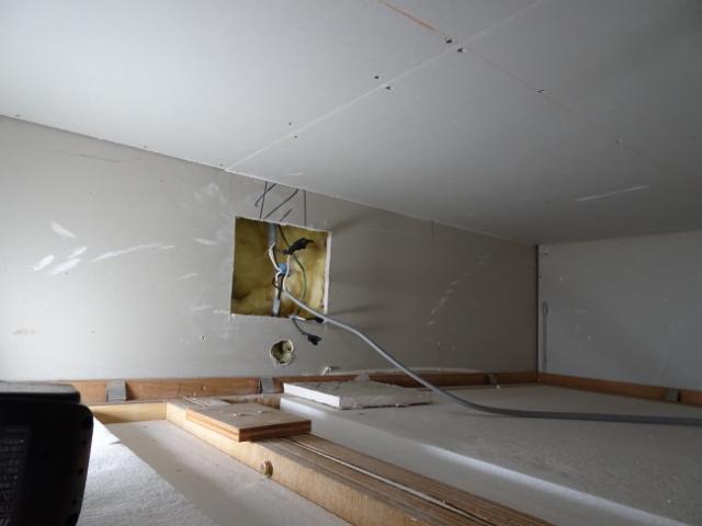 ユニットバスの天井裏で配線接続