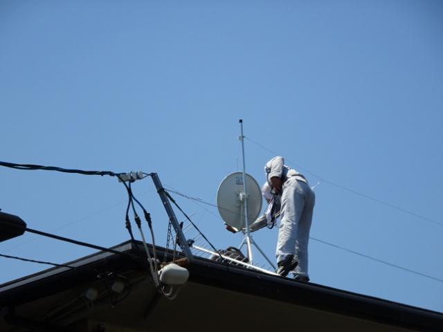 屋根上にアンテナを立てます