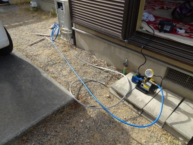 配管の接続後、真空ポンプで真空引き