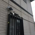 防犯用のセンサー照明を戸建て外壁へ取付