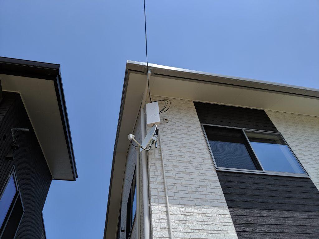 壁面に地デジのデザインアンテナとBSアンテナ