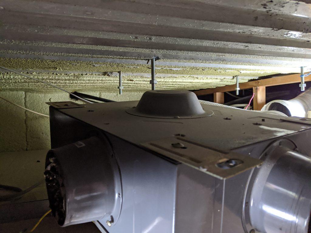 サーパスマンションの浴室天井裏