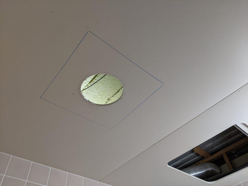 サーパスの浴室天井を拡大開口