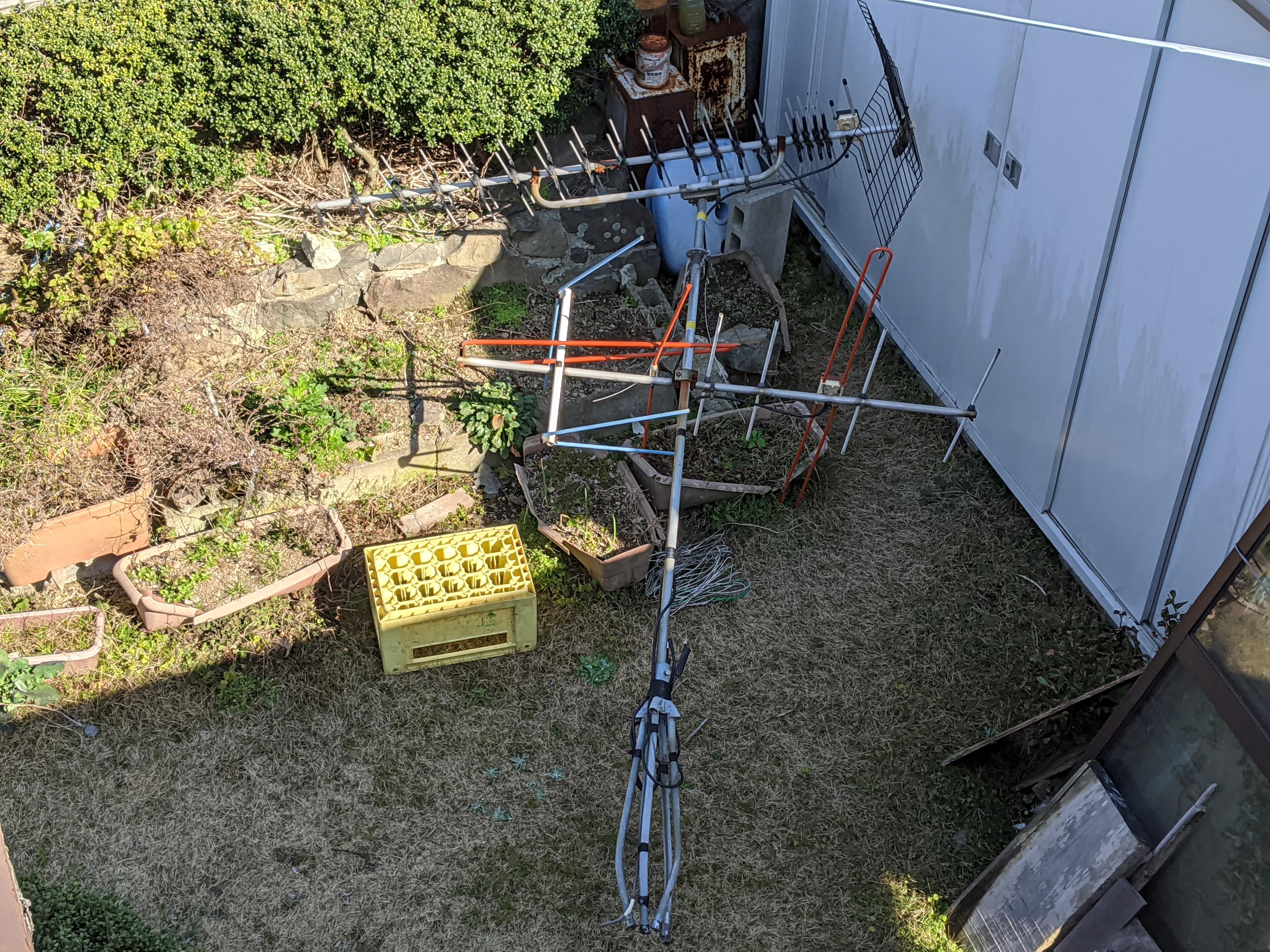 屋根上のアンテナの支線ワイヤーが切れて倒壊